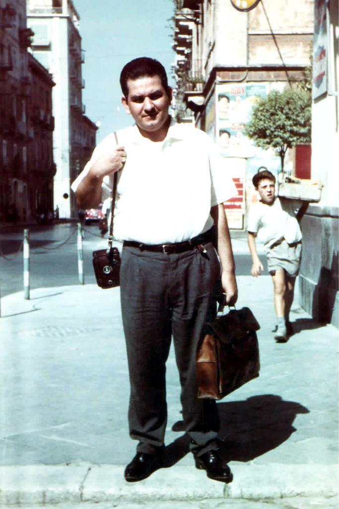 Il cav. Renato Ingenito con la sua inseparabile macchina fotografica
