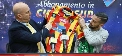 Sulle maglie giallorosse il logo della Chapecoense