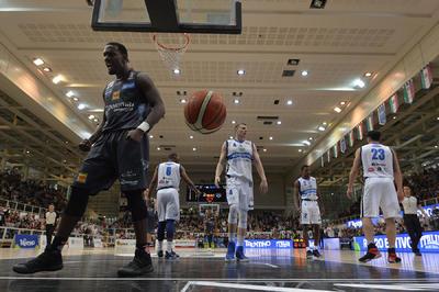 La Dolomiti Energia travolge Brescia 99-59 e vola ai play-off