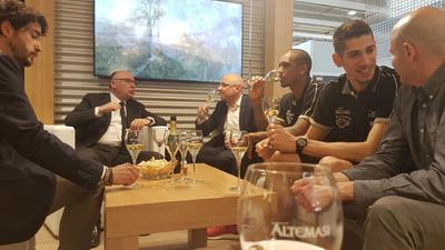 """Vinitaly: Beto e Flaccadori a """"scuola"""" di vino allo stand Cavit"""