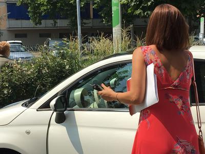 Alicia con alcuni documenti sottobraccio al termine del pranzo di lavoro © TuttoReggiana