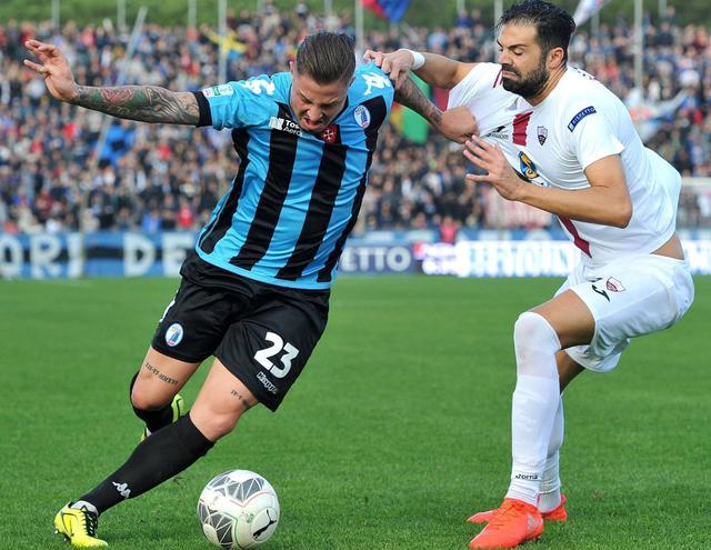 L'attaccante Eusepi in duello con il difensore Figliomeni, foto: Fonte Web