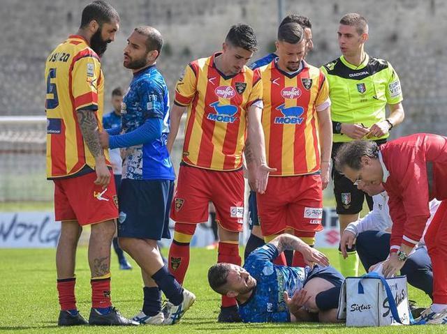 Il difensore Cosenza in uno scontro di gioco con Strambelli, foto: Emanuele Taccardi