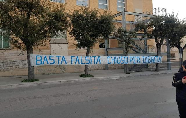 Lo striscione dei tifosi biancoazzurri, foto: Fonte Web