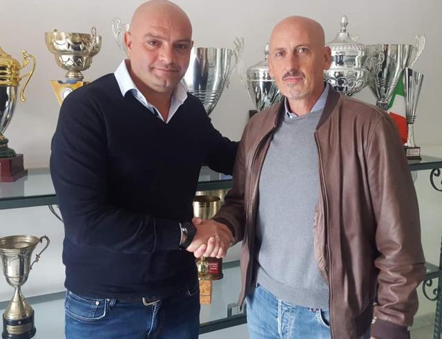 Il tecnico Fabio De Sanzo al momento della firma, foto: Fonte Web