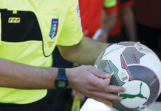 L'arbitro con il pallone, foto: Fonte Web