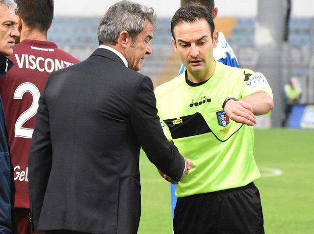 Il tecnico Gaetano Auteri che parla con l'arbitro, foto: Emanuele Taccardi