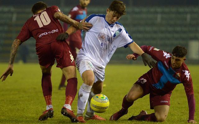 L'attaccante Ahmetaj contro due difensori, foto: Gianluca Vannicelli