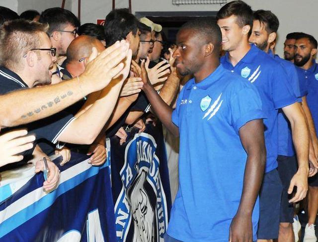 La stretta di mano fra squadra e pubblico, foto: Sandro Veglia