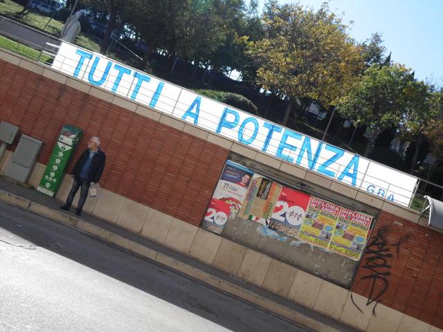 Uno degli striscioni affissi per tutta la Città, foto: TuttoMatera.com