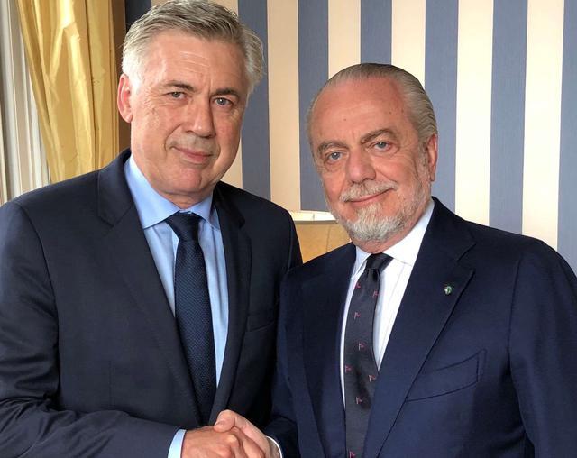 Carlo Ancelotti e Aurelio De Laurentiis dopo la firma, foto: SscNapoli.it