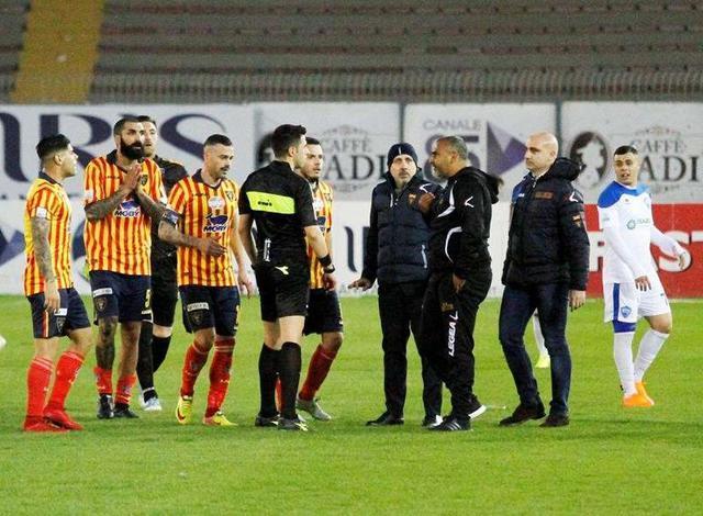 Le proteste dei giallorossi nel post partita, foto: Michel Caputo