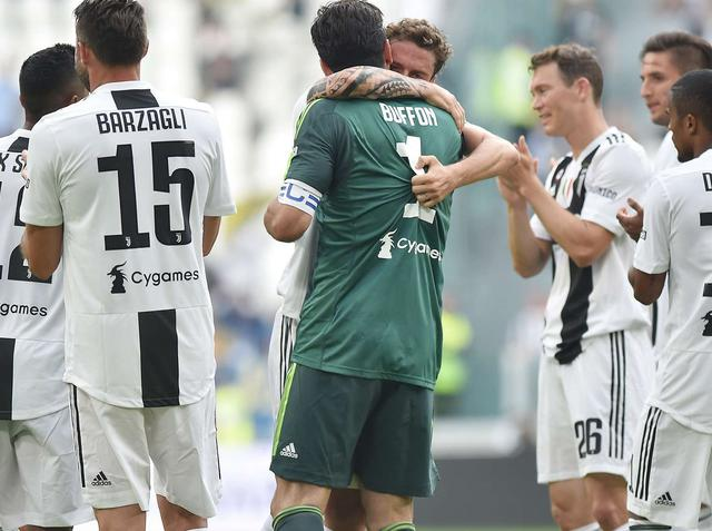 L'abbraccio finale al capitano Gigi Buffon, foto: Juventus.com