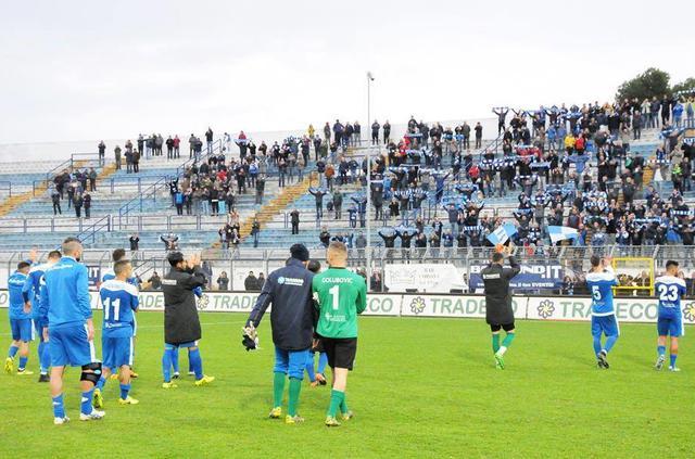 La squadra biancoazzurra sotto la Gradinata, foto: Sandro Veglia