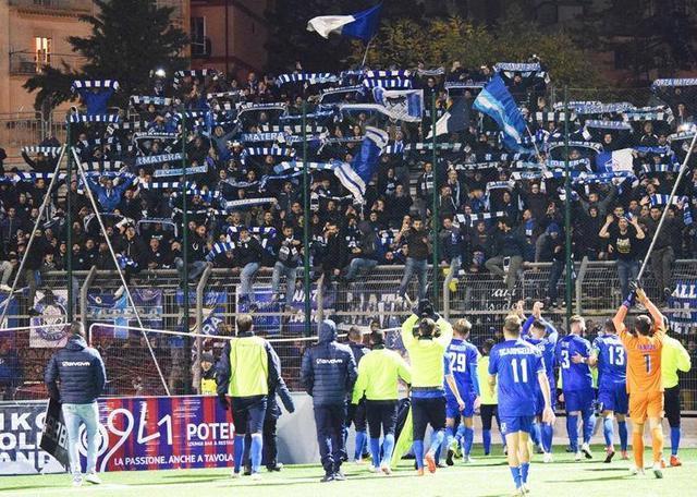 L'esultanza con squadra e tifosi, foto: MateraCalcioStory.it