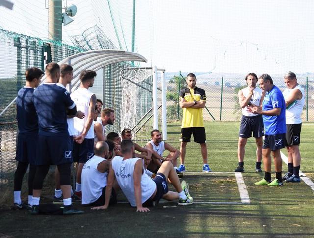 Il tecnico Imbimbo a rapporto con la squadra, foto: Sandro Veglia-MateraCalcio.it