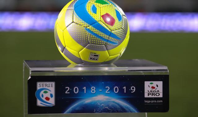 Il pallone della Serie C, FOTO: EMMANUELE MASTRODONATO - BLUNOTE.IT