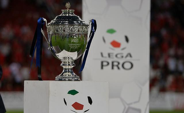 Il trofeo dei play off, FOTO: LEGA-PRO.COM