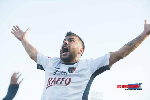 Favetta esulta dopo il gol al Cerignola (foto Vincenzo Cuomo)