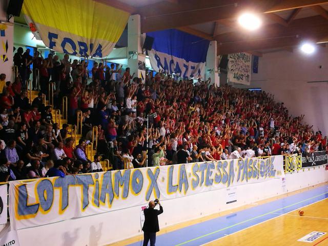 L'ondata di tifosi castellanetani giunta ad Ostuni