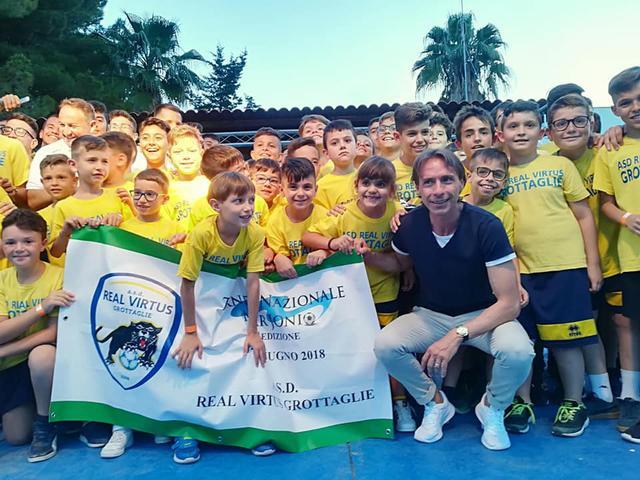 Alcuni componenti della Real Virtus Grottaglie in posa con Enrico Chiesa durante l'ultimo Torneo Nazionale Mar Jonio