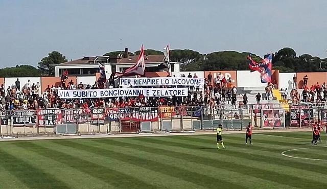 Lo striscione dei tifosi del Taranto ad Altamura