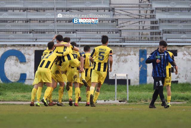 L'esultanza dei calciatori della Viterbese dopo il gol vittoria di Bisceglie