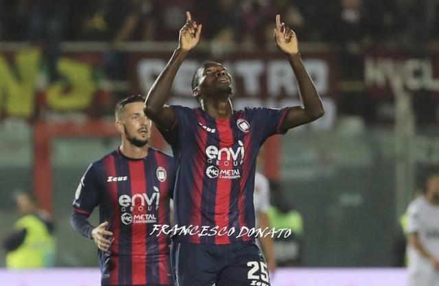 Simy, attaccante del Crotone, protagonista nel bene e nel male del match - Foto Francesco Donato