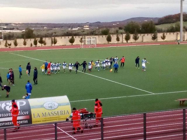 I calciatori dell'Hellas Laterza festeggiano dopo la vittoria nel derby con lo Spartan Boys Ginosa