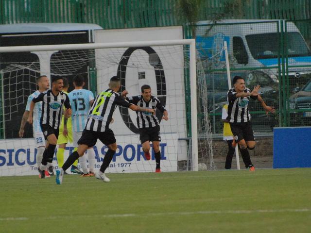 Esultanza dei calciatori della Sicula Leonzio dopo il gol vittoria di D'Angelo