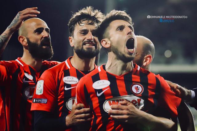 Lesultanza di Leandro Greco dopo aver trasformato il gol vittoria