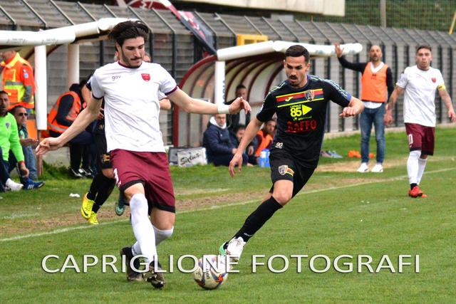 Giuseppe Capua, centrocampista del Taranto, contende un pallone a Caporale, difensore del Nardò