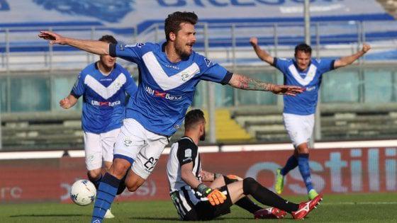 Nella foto Ansa, lesultanza di Dessena dopo il gol allAscoli che ha regalato la matematica certezza della Serie A