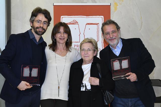 Da sinistra: Pietro Del Soldà, Annamaria Montinaro, la mamma di Alessandro Leogrtande e Giosuè Calaciura