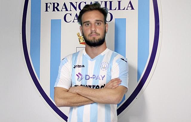 Federico Zenuni posa con la sua nuova maglia, quella della Virtus Francavilla
