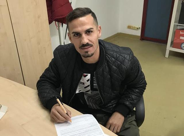 Giuseppe Capua, centrocampista classe 1992, al momento della firma con il Taranto
