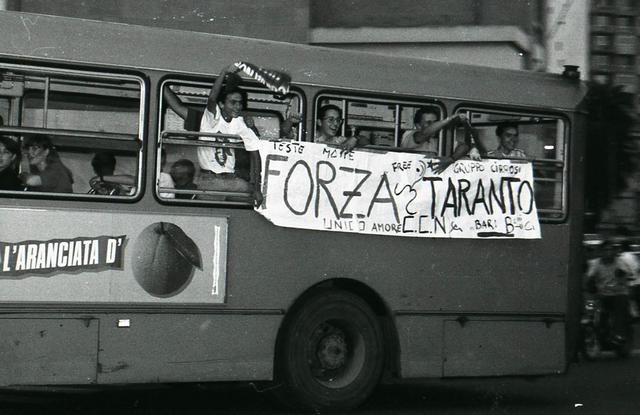 I tifosi del Taranto festeggiano la salvezza in Serie B