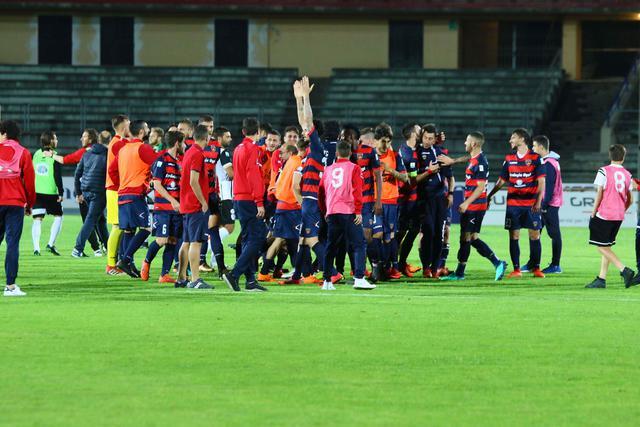 L'esultanza dei calciatori del Cosenza dopo il successo con la Sicula Leonzio - Foto Francesco Donato