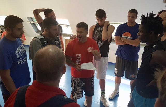Il preparatore atletico Diciolla a colloquio con i giocatori del Cus Jonico Taranto