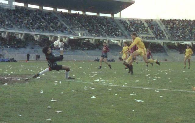 Gianpaolo Spagnulo al 'Via del Mare' in uno dei tanti derby con il Lecce degli anni Ottanta