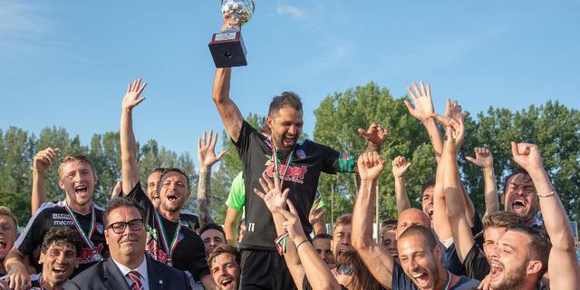 L'ex Fiorentina Santana festeggia con i compagni dopo il successo della 'sua' Pro Patria sulla Vibonese