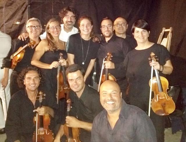 Foto di gruppo: Benny Pilato col maestro Piero Romano e alcuni componenti dellOrchestra Magna Grecia