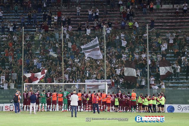 I calciatori della Reggina salutano i tifosi dopo il successo di misura sul Bisceglie