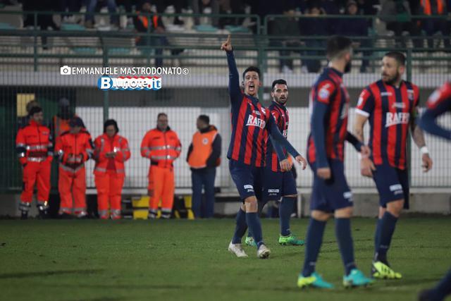 L'esultanza di Emiliano Massimo dopo il gol che ha deciso il match di Bitonto