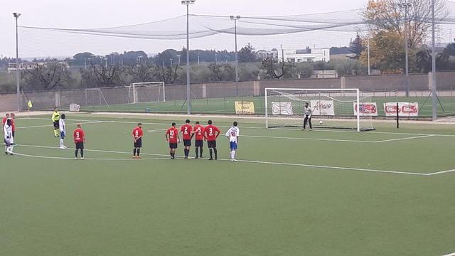 Musa, bomber del Ginosa, sta per trasformare il rigore del momentaneo 2-1 per i suoi