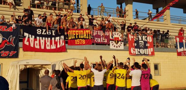 I calciatori del Taranto cantano con i tifosi al termine dell'amichevole di Ginosa