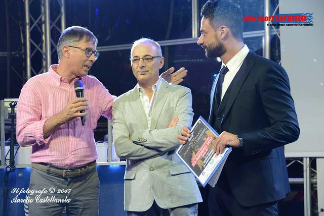 Roberto De Lorenzo (al centro) tra leditore Mino Distante (sx) e il giornalista Matteo Schinaia, presentatore della 10a edizione (Foto Aurelio Castellaneta)