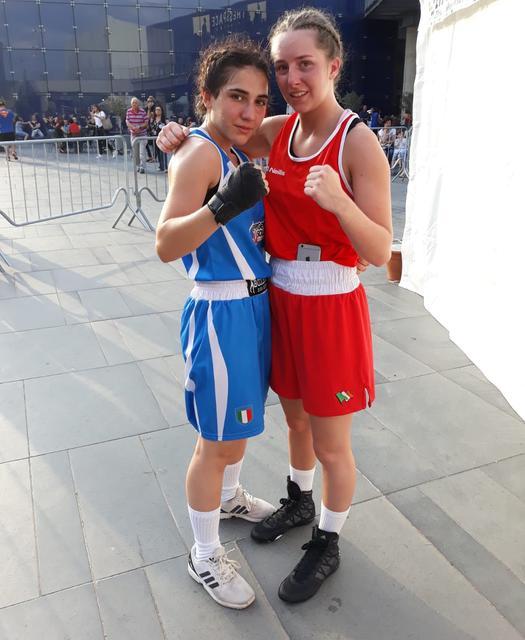 Vitalba Clemente (a sinistra) posa con Jessica Clarke