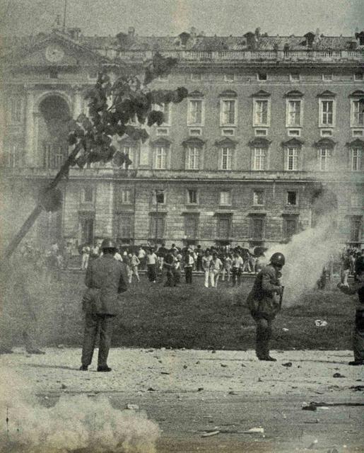 I manifestanti nei campetti antistanti la Reggia di Caserta