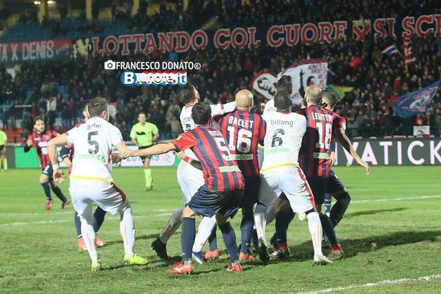 Una fase di gioco di Cosenza-Benevento 0-0